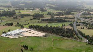 Peyre en Aubrac - La grande Halle et l'autoroute A75